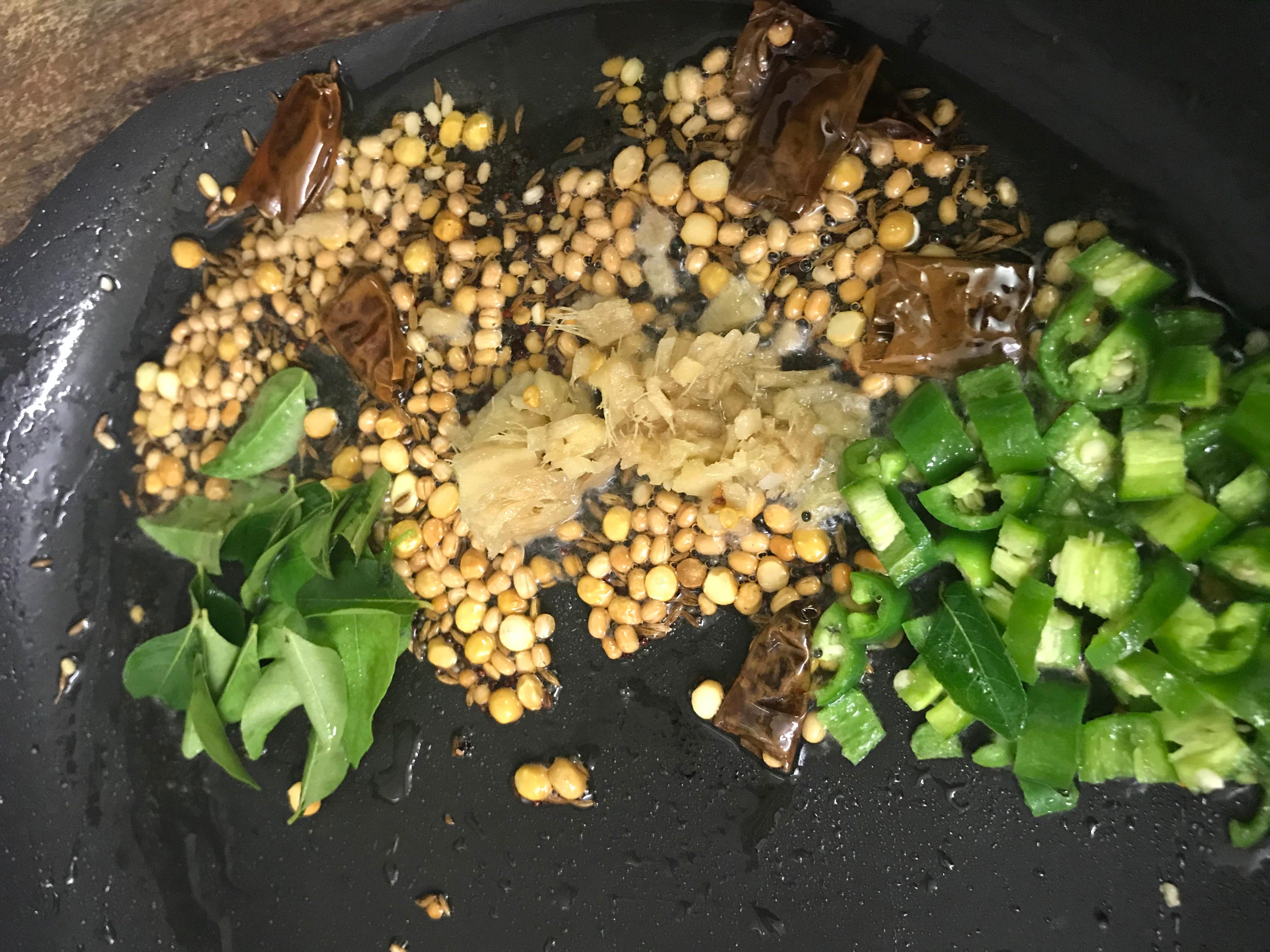 gruene-chili-ingwer-und-curryblaetter-zugeben.jpeg