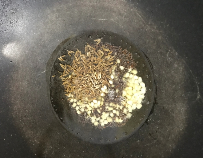 Senfsamen, Kumin und kleiner Dhal zugeben